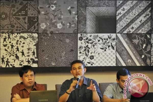 Direktur Riset Sekretariat Nasional Forum Indonesia untuk Transparansi Anggaran (Seknas FITRA) Maulana memberikan keterangan pers terkait 10 kementerian atau lembaga (K/L) paling korup di Jakarta, Minggu (15/7). Analisis Seknas FITRA terhadap hasil pemeriksaan negara yang dilakukan BPK terhadap pengelolaan anggaran di 83 K/L periode 2008-2010 menunjukkan potensi kerugian negara mencapai Rp16,4 triliun dengan tiga peringkat K/L paling korup yakni Kejaksaan RI, Kementerian Keuangan, serta Kementerian Pendidikan dan Kebudayaan. (FOTO ANTARA/Andika Wahyu)