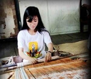 perempuan menenun